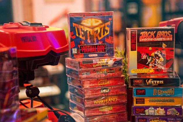Cartuchos do Virtual Boy nas caixas.