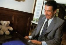 Nos anos 80, Rosen jogando Zaxxon numa máquina em sua casa, em Berverly Hills.