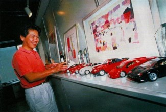 Yu Suzuki com sua coleção de modelos de carro