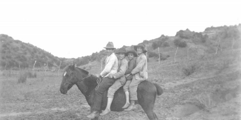 Nios a caballo hacia 1950  Memoria Chilena Biblioteca