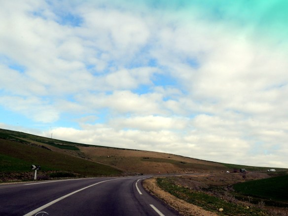 The road slowly riises as you start to cross the hills on the way from Fez to Volubilis.