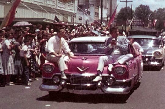 Elvis Presley und Jimmie Rodgers Snow (links) bei der Parade in Meridian
