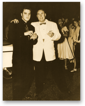 Elvis mit Dewey Phillips am 4. Juli 1956 - fast genau 2 Jahre nach dem Debut von That's All Right bei Red, Hot & Blue