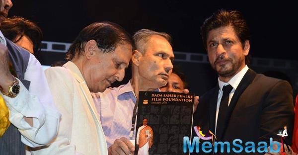 SRK And Others At The Dadasaheb Phalke Film Foundation Awards 2015