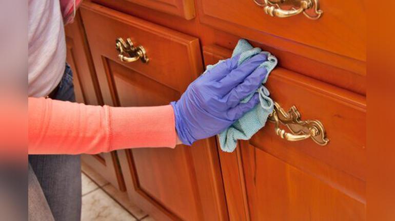 Nettoyer la poussière sur les meubles et les objets
