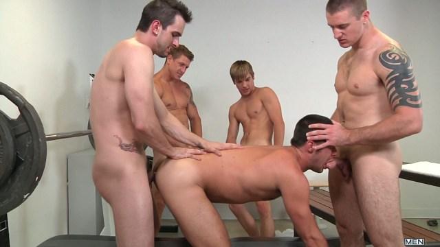 Orgie gay à la salle de musculation