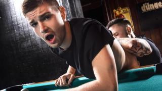 Le barman se fait enculer par un client
