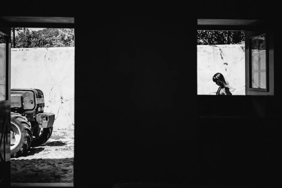 quinta de santana noiva e tractor vistos através das janelas do quarto