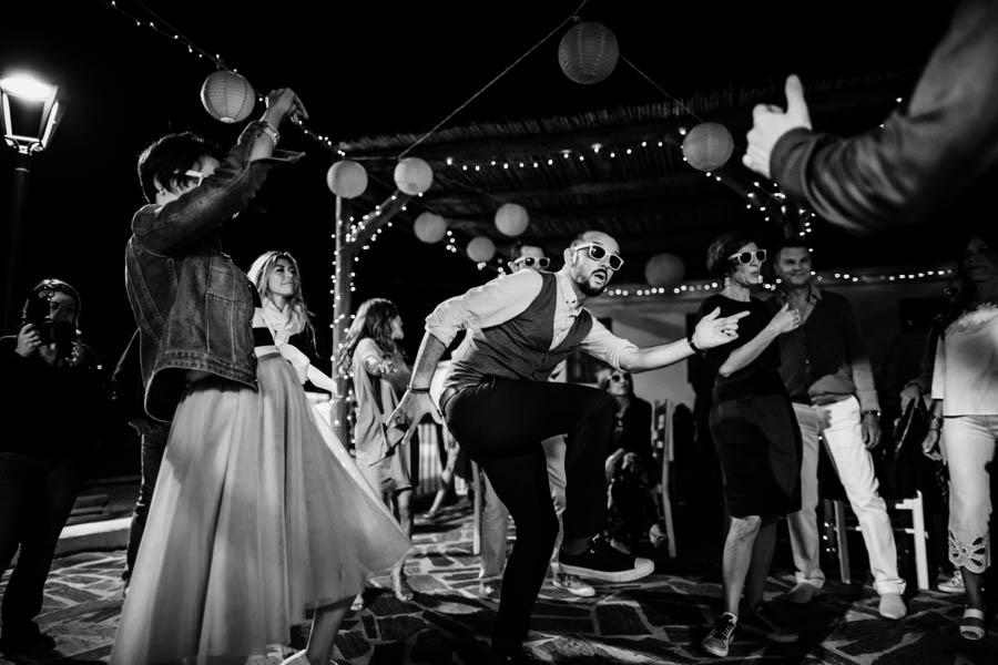 casamento aldeia de pedralva noivo e convidados dançam com oculos de sol