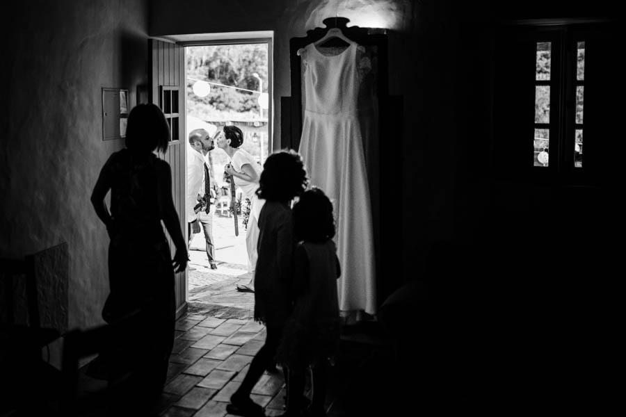 casamento aldeia de pedralva beijo dos noivos durante preparativos