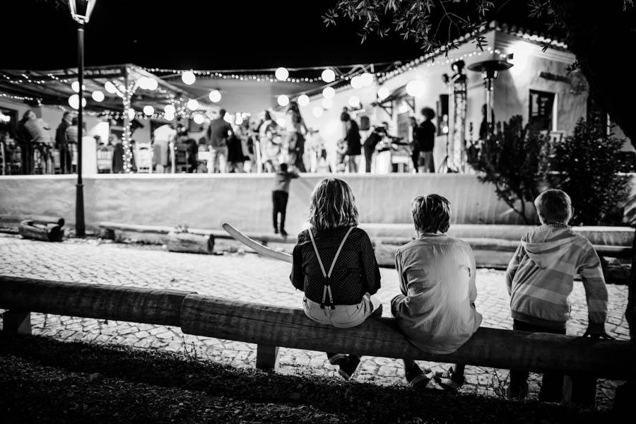 casamento aldeia de pedralva criancas observam dança no pátio do restaurante