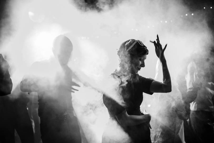 casamento aldeia de pedralva baile no exterior à noite com fumo