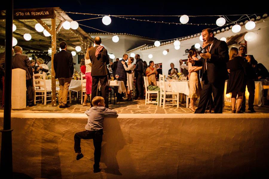 casamento aldeia de pedralva jantar al fresco menino escalar muro do pátio