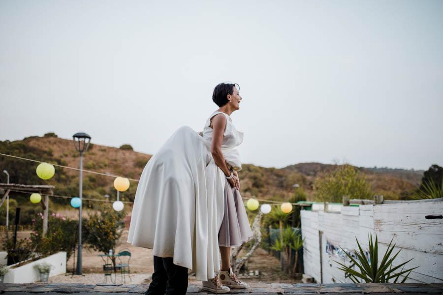 casamento aldeia de pedralva noiva muda de vestido com ajuda do noivo debaixo da saia