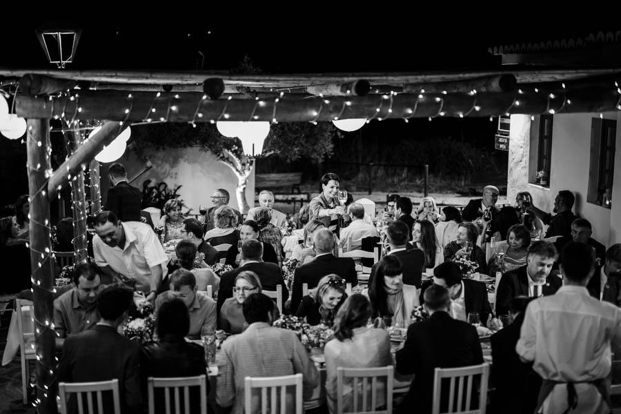 casamento aldeia de pedralva noiva brinda com convidados durante o jantar