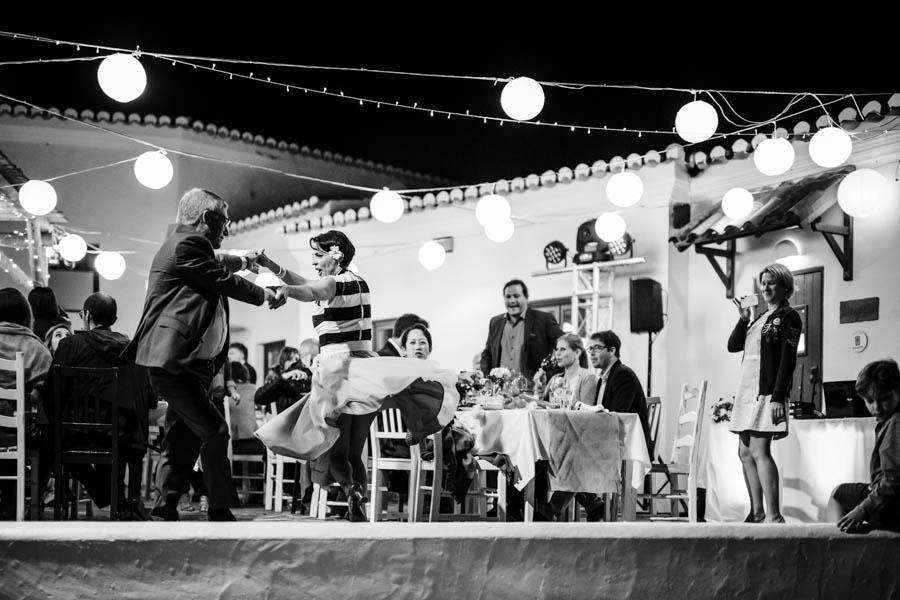 casamento aldeia de pedralva noiva dança com pai no pátio com luzes de arraial