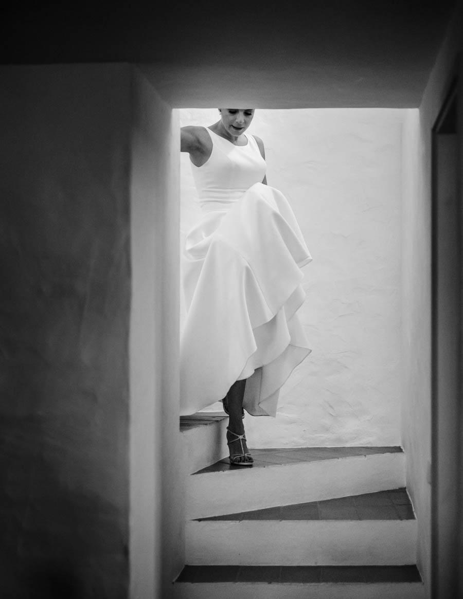 casamento aldeia de pedralva noiva descendo as escadas antes da cerimónia