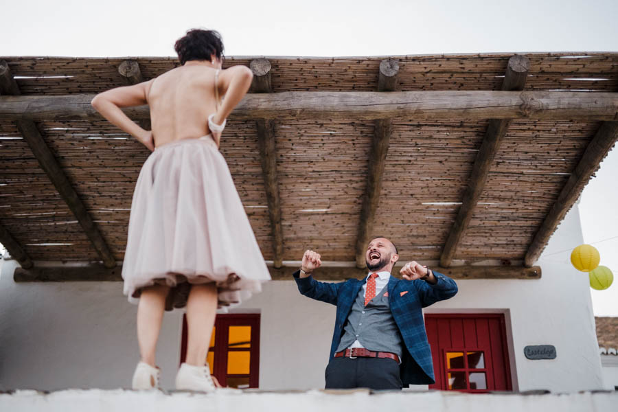 casamento aldeia de pedralva noivo ri à gargalhada ao ver roupa interior da noiva