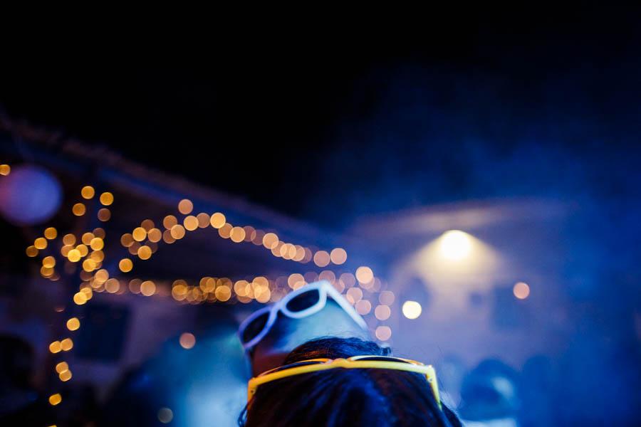 casamento aldeia de pedralva beijo entre os noivos com óculos de sol à noite fumo e luzes
