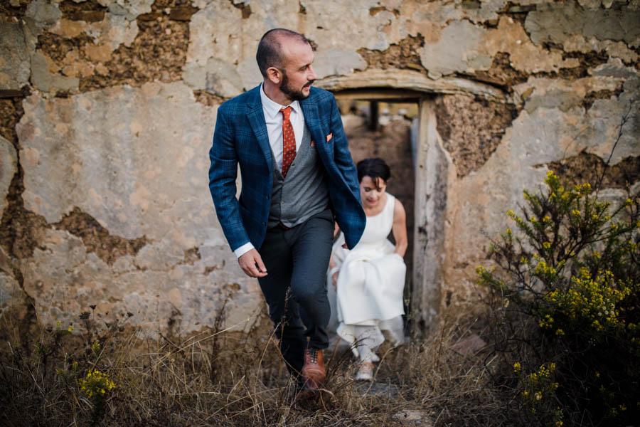 casamento aldeia de pedralva noivos em sessão com casa em runína no fundo