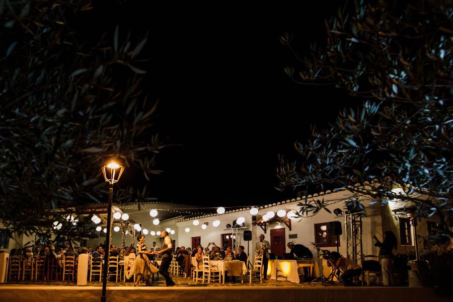 casamento aldeia de pedralva noivos abrem o baile no exterior patio com luzes de arraial