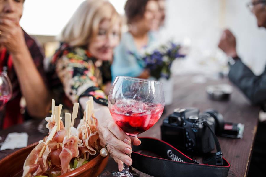 casamento aldeia de pedralva senhora estica mão idosa para apanhar copo de gin