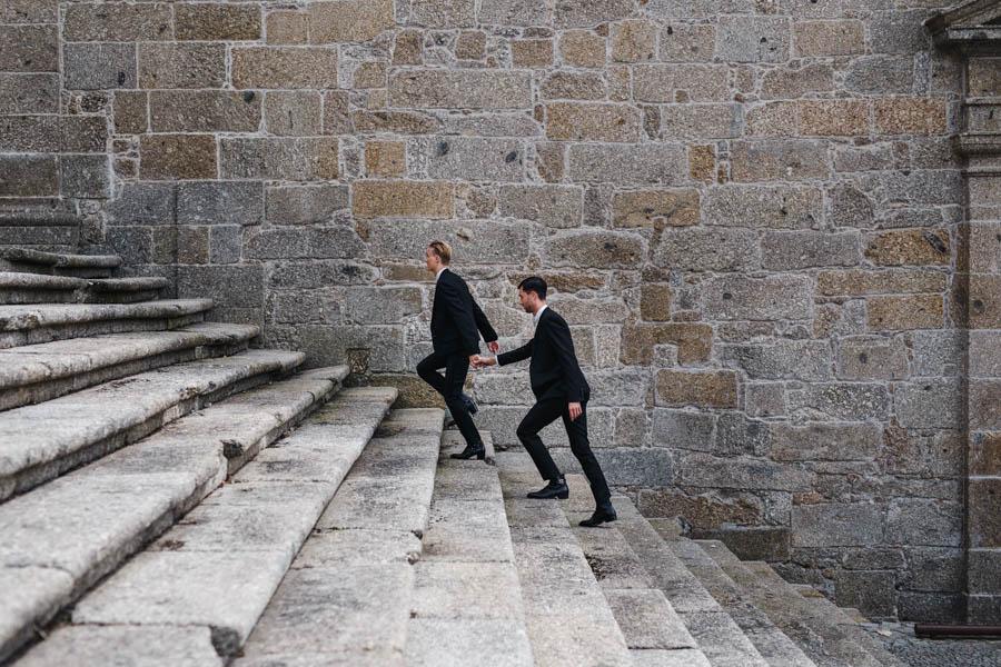 casamento gerês noivos subindo escadaria da igreja da pousada de santa maria do bouro