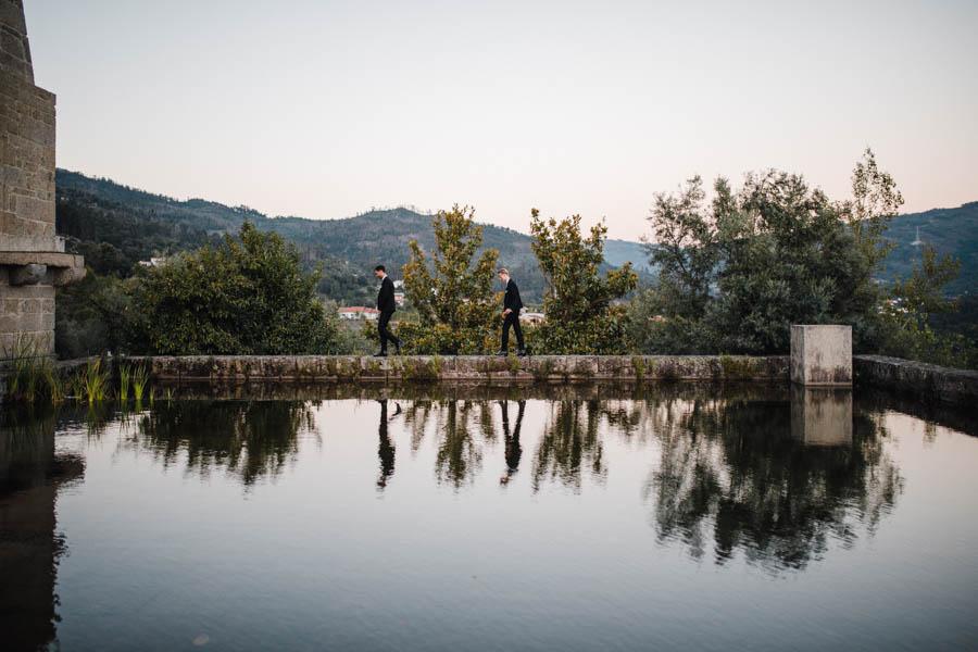 casamento gerês noivos caminhando junto a espelho de água com reflexo