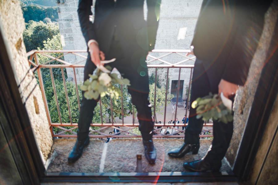 casamento gerês noivos lançam dois bouquets da varanda na pousada de santa maria do bouro
