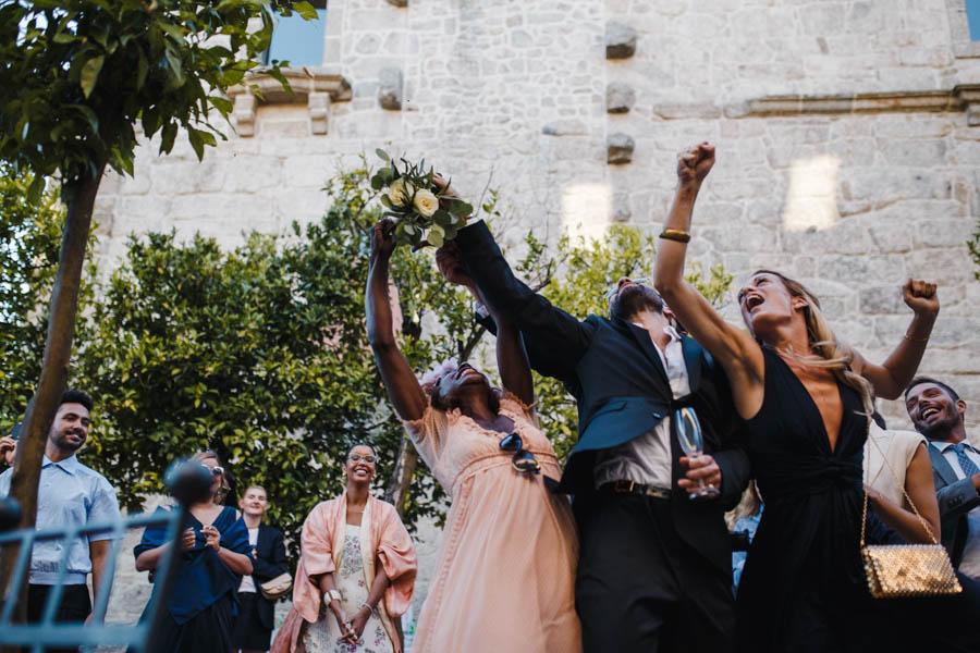 casamento gerês convidados em luta pelo bouquet no pátio das laranjeiras da pousada de amares