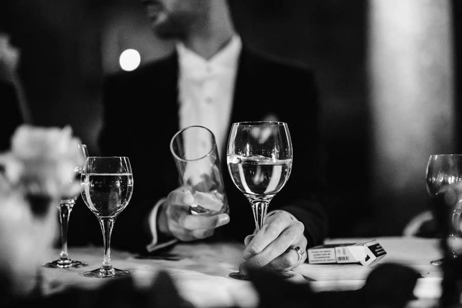 casamento gerês durante jantar noivo bate copos para começar discurso