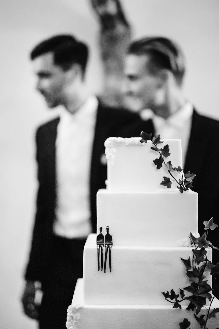 casamento gerês noivos e o seu bolo com camadas e de coração em hera e topo de bolo
