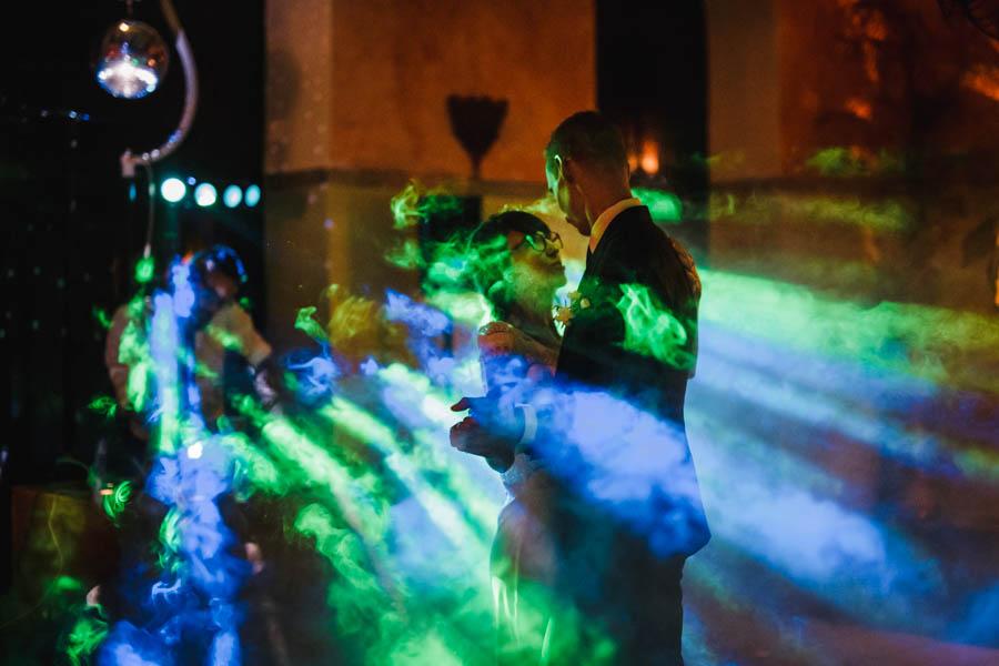 quinta de santana noivos abrem baile com fumo e luzes verde e azul