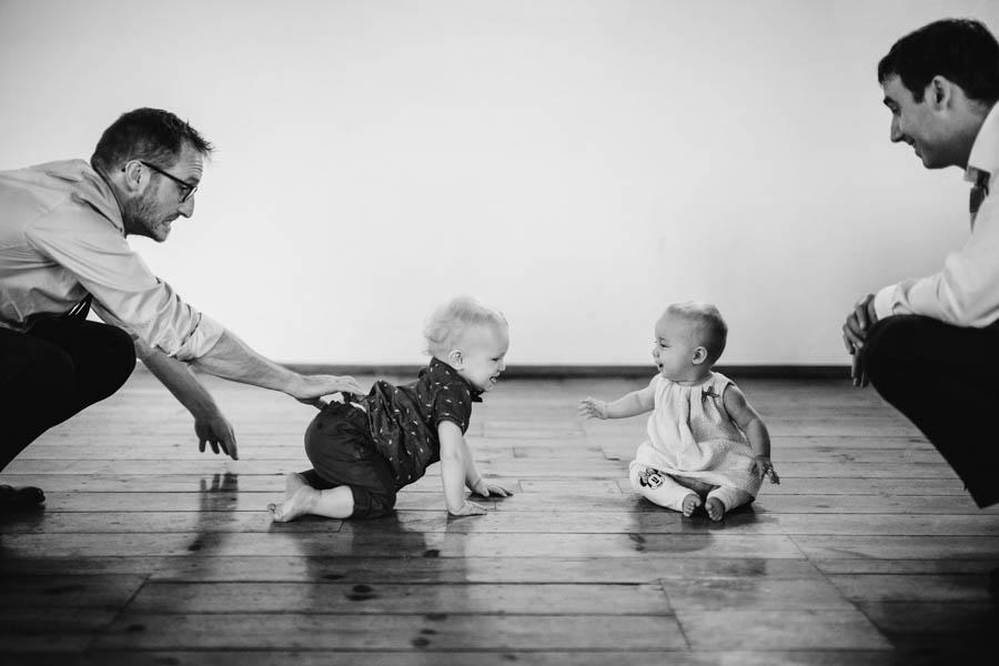quinta de santana bebés encontram-se e pais observam