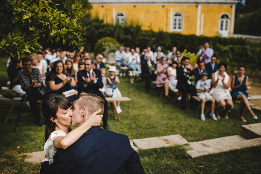 quinta de santana beijo dos noivos durante a cerimónia com convidados aplaudindo