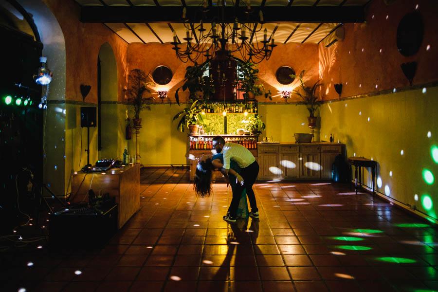 quinta de santana casal dança na pista sozinho