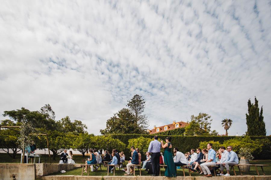 quinta de santana cerimónia na vinha com noivos e convidados a assistir