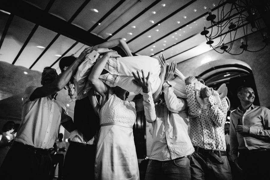 quinta de santana noiva atirada ao ar pelos convidados