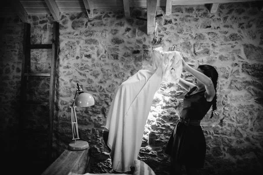 quinta de santana noiva entra no vestido com ajuda da irmã