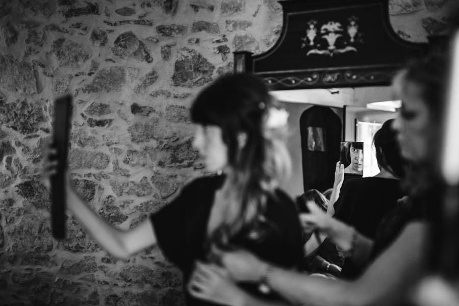 quinta de santana noiva olhando-se ao espelho em reflexo indirecto