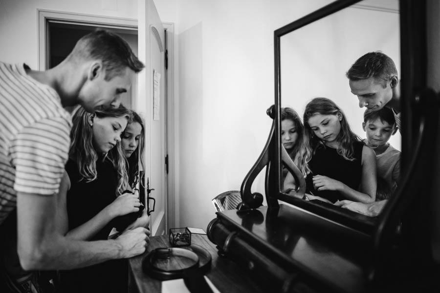 quinta de santana noivo e sobrinhos observam alianças com reflexo no espelho