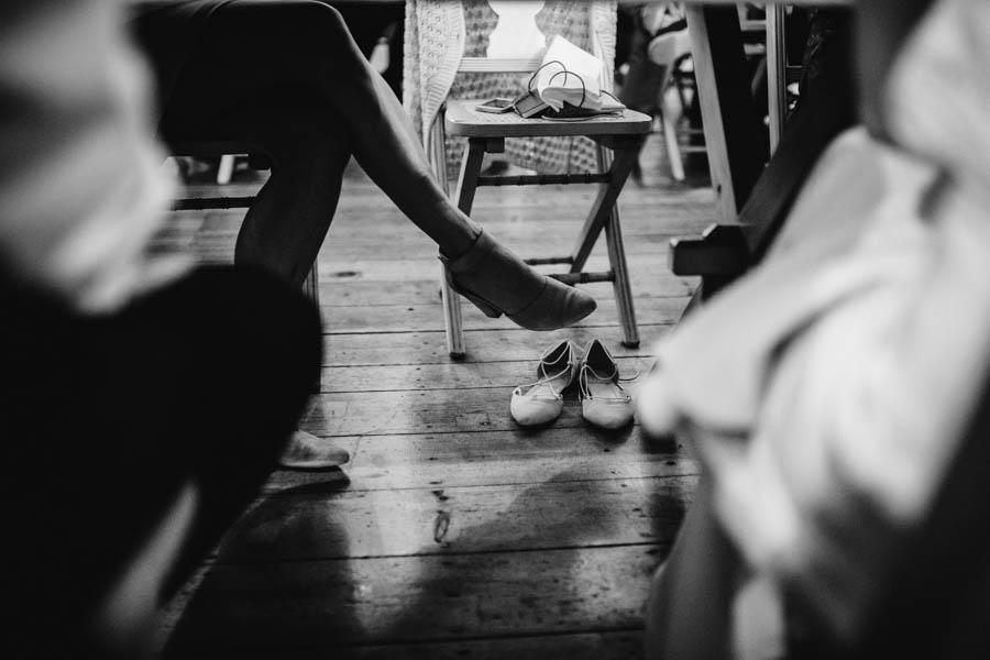 quinta de santana debaixo da mesa de jantar sapatos abandonados sem pés ausência