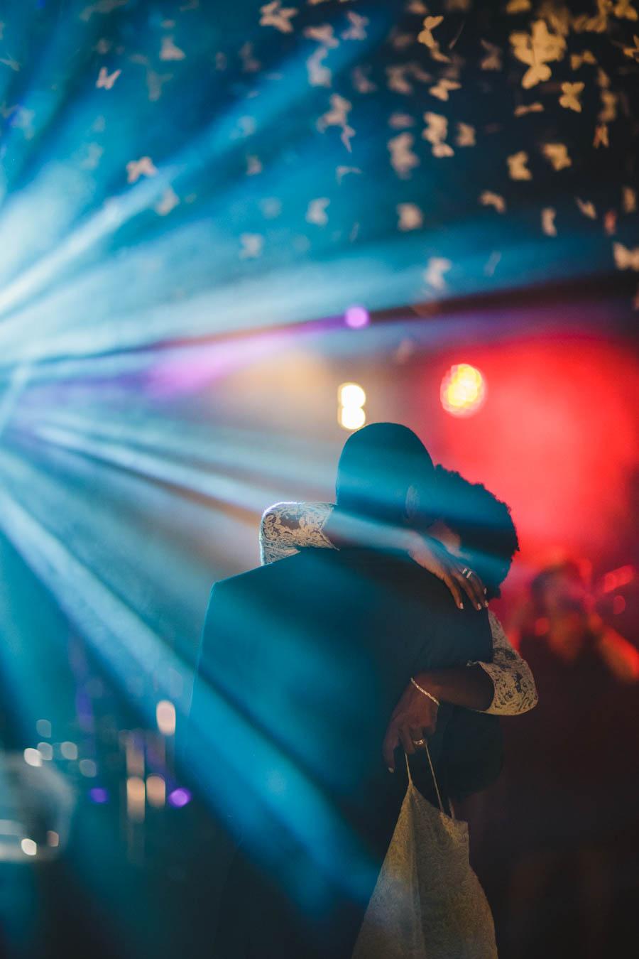 quinta da Torre Bella noivos dançam abraçados com feixes de luz azul