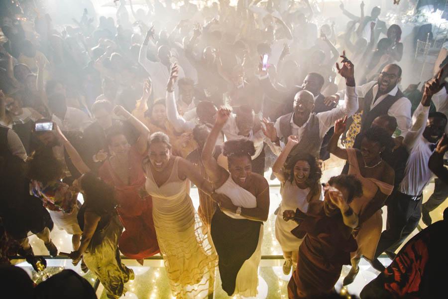 quinta da Torre Bella festa de arromba com noivos e convidados a dançar entre fumo