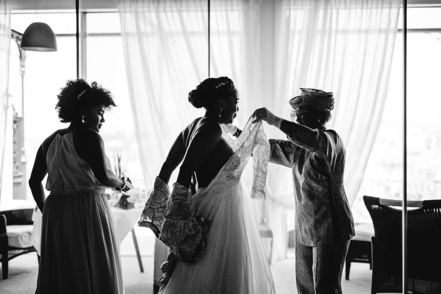 quinta da Torre Bella preparativos da noiva vestindo o vestido no hotel The Yeatman