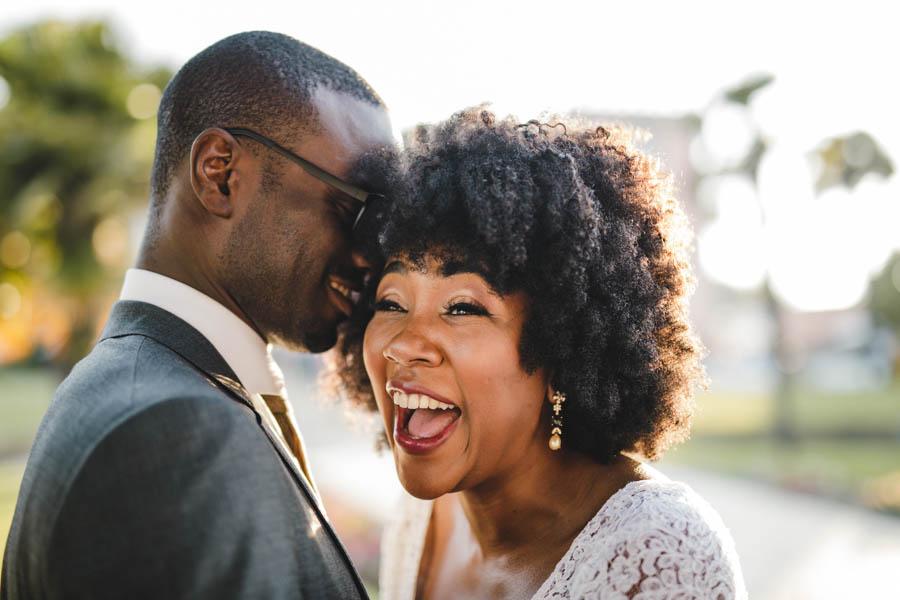 quinta da Torre Bella durante sessão de casal segredo ao ouvido e gargalhada da noiva