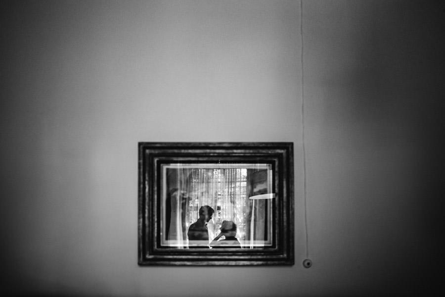 fotografia de casamento noivos a janela reflexo