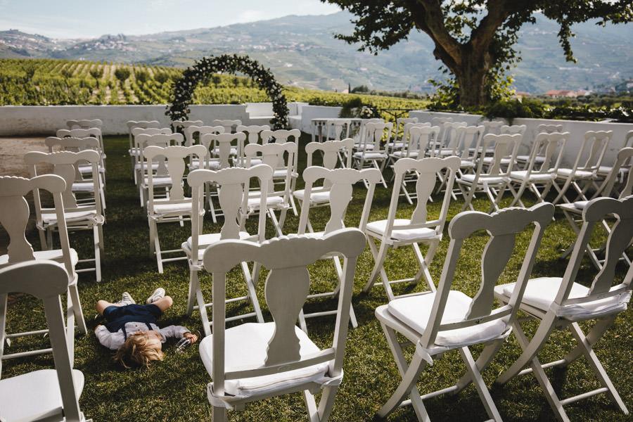 fotografia de casamento Quinta da Pacheca menino a dormir na cerimonia vazia