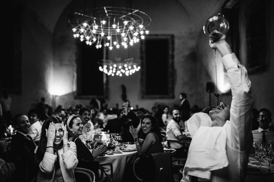 fotografia de casamento Pousada Santa Maria do Bouro convidados e vinho