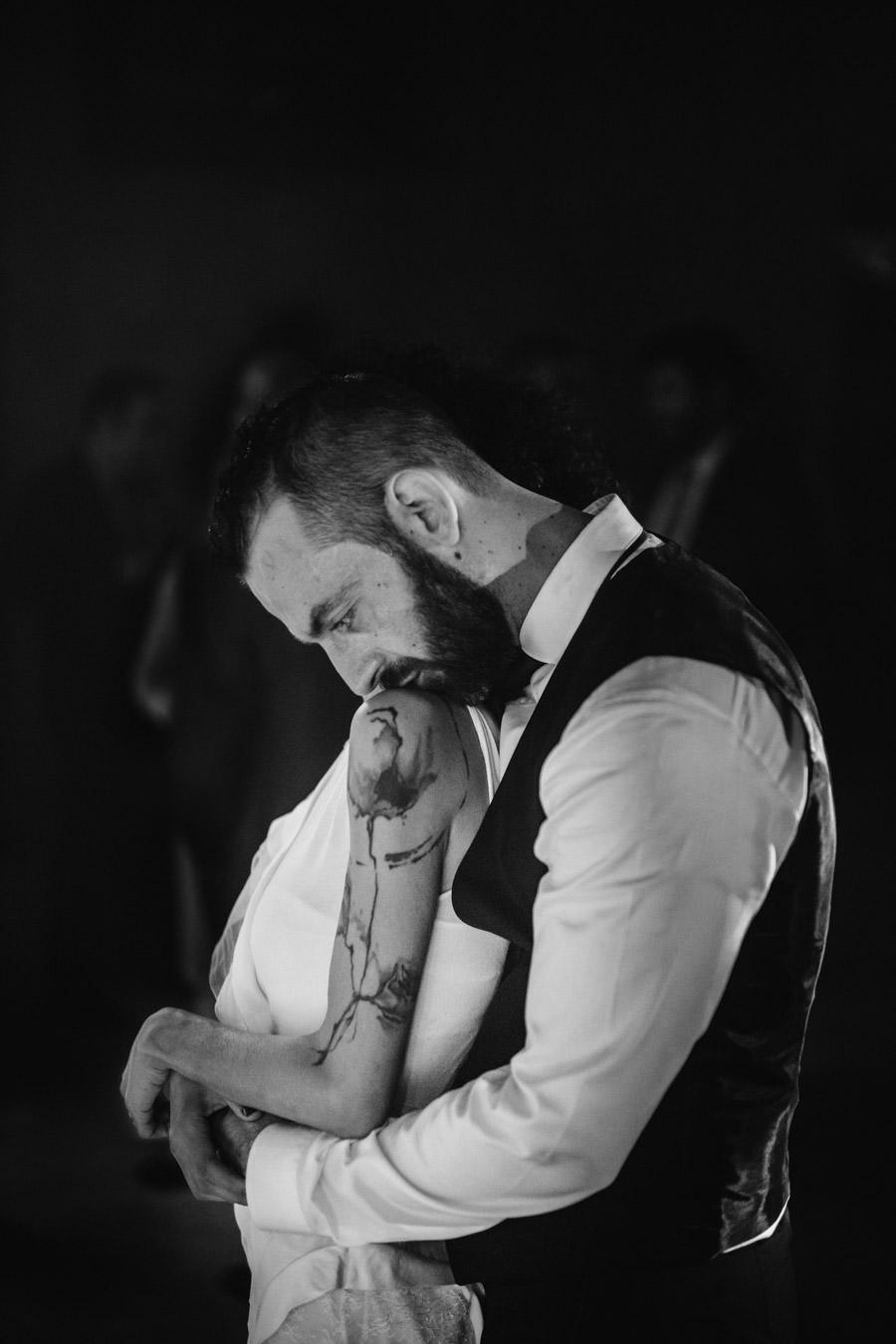 fotografia de casamento amares abraco dos noivos tatuagem